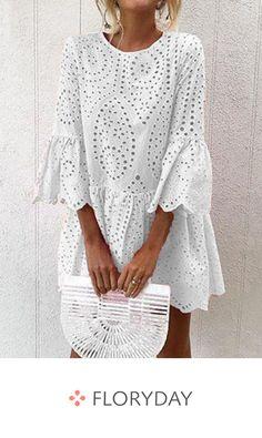 Dress with round neckline above the knee and in .- Vestido con escote redondo por encima de la rodilla y en forma de A A pair of white dresses can refresh your summer closet. Boho Outfits, Stylish Outfits, Fashion Outfits, Simple Dresses, Casual Dresses, Summer Dresses, Lace Outfit, Embroidery Fashion, Little White Dresses