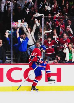 the concessions guy cellying so hard with his assorted snacks. look at how happy he is you go concessions guy you go Hockey Goal, Ice Hockey, Montreal Canadiens, Max Pacioretty, Hot Hockey Players, Sports Trophies, Of Montreal, Vancouver Canucks, National Hockey League