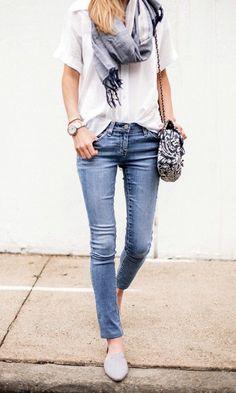 comment nouer un foulard, denim slim bleu clair, chaussures beiges
