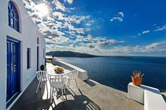 Perched on a hill in Oia, Domus Solis Luxury Villa boasts unobstructed views over the volcano and the Aegean Sea. Santorini, Villas, Smoking Room, Luxury Villa, Nice View, Rooftop, Sun Lounger, Family Travel, Terrace