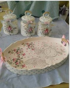 We start with the courses-workshop: learn to make decoupage in trays very easy step by step Decoupage Jars, Decoupage Wood, Decoupage Furniture, Decoupage Vintage, Wood Furniture, Shabby Chic Pink, Shabby Chic Decor, Shaby Chic, Coffee Jars