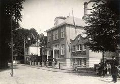 Op 12 augustus 1913 wordt in Hilversum de Bad- en Zweminrichting geopend. De architect is de heer E. Verschuyl en het gebouw is in Louis XVI stijl opgetrokken. Foto uit 1913.