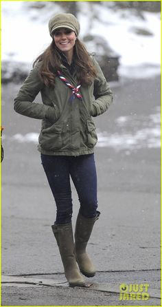 Kate Middleton, Duchess of Cambridge, in a forest-green jacket by Barbour, neoprene-lined Wellington boots by La Chameau and a Scout Association scarf at the Great Tower Scout Camp in Cumbria. Moda Kate Middleton, Kate Middleton Pregnant, Estilo Kate Middleton, Kate Middleton Photos, Stylish Maternity, Maternity Fashion, Maternity Style, Pregnancy Fashion, Military Parka