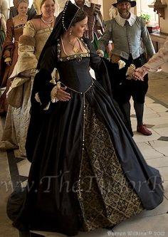Phenomenal Black and Gold Tudor Gown - Historical Fashion Mode Renaissance, Renaissance Costume, Medieval Costume, Renaissance Clothing, Renaissance Fashion, Historical Clothing, Moda Medieval, Medieval Gown, Tudor Dress