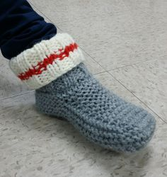 This PDF contains instructions for knitting a pair of low wool slippers. Crochet Sock Monkeys, Knitted Slippers, Crochet Slippers, Knitting Designs, Knitting Projects, Knitting Patterns, Crochet Patterns, Arm Knitting, Knitting Socks