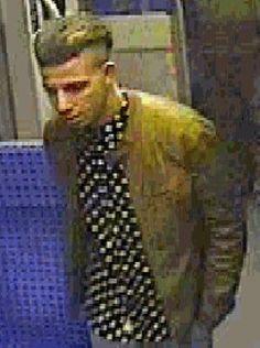 Die Bundespolizei fahndet mit Fotos nach einem Mann, der einem Reisenden in der S6 in Essen eine Glasflasche gegen den Kopf geworfen haben soll.