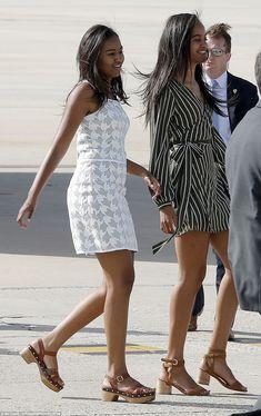 FL Michelle Obama, Daughters Malia & Sasha, and Mother arrive in Spain - Barack Obama Family, Malia Obama, Obama Daughter, First Daughter, Moda Fashion, Star Fashion, Obama Sisters, Presidente Obama, Malia And Sasha