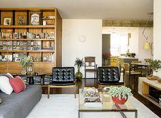 Apê de 3 quartos com acabamentos neutros fica espaçoso.feita pelo casal de arquitetos e moradores Mariana e André Weigand (Foto: Edu Castello/Editora Globo)