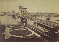 Ilyen is volt Budapest - évek, Lánchíd (Clark Ádám) tér Old Pictures, Old Photos, Vintage Photos, Vintage Architecture, Budapest Hungary, Tower Bridge, Vintage Photography, Historical Photos, Tao