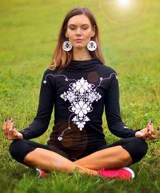Mikina+YogaFolk+Elegantoišportová+výrazná+mikinka+do+pohody+aj+nepohody+z+dielne+LucLac.+Jej+multifunkčné+využitie+oceníte+či+už+pri+športe,+prechádzke+so+psíkom+alebo+v+práci.+Záleží+od+toho,+čo+ku+nej+zvolíte.+Mikina+je+ušitá+z+kvalitnej+elastickej+teplákoviny+-+zmes+bavlna/elastan+95/5%+Materiál+je+príjemný+na+dotyk+a+pekne+drží+tvar.+Motív+pripomínajúci+folkový...