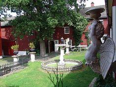 I Larvik finnes en liten eventyrverden som er verd et besøk. Margaret Lysko har restaurert en unik handelsgård fra 1600 tallet , som innkluderer... House Beds, Bed And Breakfast, Cosy, Garden Sculpture, Outdoor Decor, Beautiful, Home Decor, Decoration Home, Room Decor