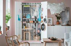 Maak een afsluitbare speelgoedopberger in de woonkamer van een oude garderobekast waarin ook plaats is om te tekenen, te schilderen en te knutselen.