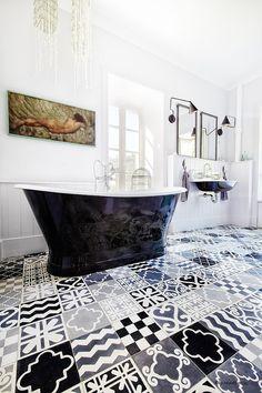Bagno in bianco e nero con un mosaico di piastrelle a motivi geometrici mix & match