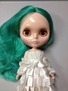 Image from http://www.dhresource.com/albu_410946836_00-1.0x0/blythe-doll-bush-b-female-green-long-curly.jpg.