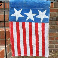 Craft a DIY garden flag for summer in minutes! This Burlap DIY Garden Flag is pretty, patriotic, and perfect for summer. Easy, chic, and sweet this darling DIY flag is a fabulous DIY outdoor decoration for your garden. Burlap Crafts, Jar Crafts, House Wrap Around Porch, Burlap Garden Flags, Painting Burlap, Blue Crafts, Yard Flags, Summer Diy, Summer Crafts