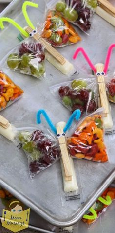 Butterfly Snack Bags - an easy healthy and fun classroom snack for your kids. Step-by-step photos. You are limited only in your imagination but this one is a balanced snack of cheese crackers and fruit. Snacks Für Party, Lunch Snacks, Snack Bags, Snacks Kids, Creative Kids Snacks, Lunch Kids, Fruit Snacks, Protein Snacks, High Protein