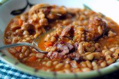 La feijoada portoghese è un piatto unico tipico della tradizione culinaria lusitana e si prepara con fagioli, salsiccia, pancetta, chorizo e cavolo nero.