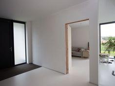 Nieuwbouw vrijstaande woning – Ypsilon architecten, inkomhal - witte gietvloer - vloermat - binnenraam