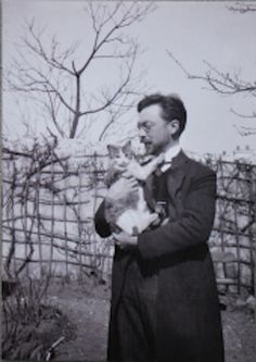 Artists Photographed With Their Cats Wassily Kandinsky and his cat, Vaske--I just KNEW he had to love cats too!Wassily Kandinsky and his cat, Vaske--I just KNEW he had to love cats too! Wassily Kandinsky, Famous Artists, Great Artists, Men With Cats, Portraits, Paul Klee, Cat People, Art Moderne, Vintage Cat