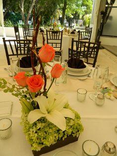 Centro de mesa rosas + Lilys! de Florería el Paraíso en Quinta Pavo Real del Rincón www.pavorealdelrincon.com.mx