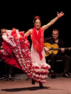 Mercedes Ruíz en los Jueves Flamencos CAJASOL Cool Pictures, Women, Amor, Fotografia, Bata De Cola, Flamingos, Summary, Thursday, Woman