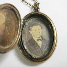 Antique Victorian Locket Civil War Era - Photo of Man Inside - Small Antique Jewelry, Vintage Jewelry, Antique Locket, Civil War Fashion, Civil War Quilts, America Civil War, Civil War Photos, History Photos, Vintage Pictures