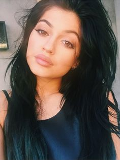 KYLIE JENNER The youngest of the Kardashian clan has developed her own signature Thin winged liner and a mauve lippie are this girl's beauty must-haves. Kylie Jenner Instagram, Mode Kylie Jenner, Trajes Kylie Jenner, Looks Kylie Jenner, Estilo Kylie Jenner, Kylie Jenner Blue Eyes, Kylie Jenner Lipstick, Kylie Jenner Makeup Artist, Up Dos