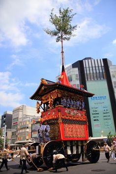 京都祇園祭後祭の山鉾巡行の南観音山(なみかんのんやま)