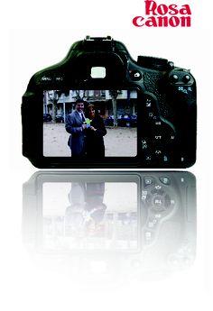 Li agrada la fotografia i les càmeres Canon.     Le gusta la Fotografia y las cámeras Canon