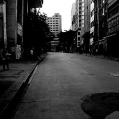 Foto rua paralela ao Theatro Municipal de São Paulo. Fotos do centro de São Paulo, em preto e branco.