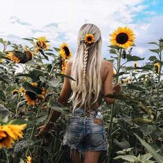Sunflower love 🌻🌻🌻 Repost by 💗 Comment below if You like this💖 🌹 Love to tag? Sunflower Feild, Sunflower Field Pictures, Mode Au Ski, Sunflower Field Photography, Girl Photography Poses, Summer Pictures, Picture Poses, Kylie Jenner, Boho Fashion