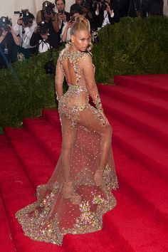 TBT to the 2015 Met Gala when Beyonce arrived late (in true Diva fashion) and consequently slayed us all in her embellished Givenchy naked dress. Gala Dresses, Sexy Dresses, Beautiful Dresses, Nice Dresses, Wedding Dresses, Weird Wedding Dress, Diva Fashion, Fashion Show, Fashion Outfits
