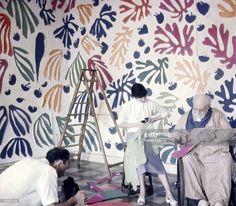 <a gi-track='captionPersonalityLinkClicked' href=/galleries/search?phrase=Henri+Matisse&family=editorial&specificpeople=210882 ng-click='$event.stopPropagation()'>Henri Matisse</a> In Nice. Henri MATISSE assis dans un fauteuil roulant, découpant des morceaux de papiers de couleurs avec son assistante, dans son atelier de CIMIEZ, technique utilisée pour les vitraux de la chapelle de Vence qui restera son testament artistique.