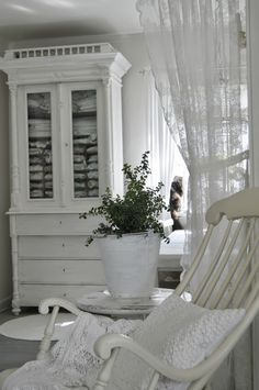 Beautiful White Room - via Hagbacken.blogspot