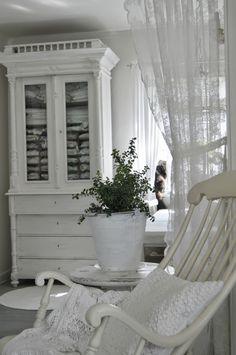 Beautiful White Room - via Hagbacken.blogspot