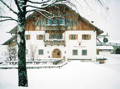 siegrid cain wedding hochzeit winter winterstellgut schnee tracht salzburg austria intimate analogue filmphotography Salzburg Austria, On Your Wedding Day, Weddings, House Styles, Snow, Tips, Essen, Wedding, Marriage