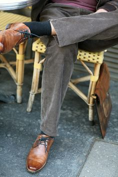 Bei braunen Schuhen lieber im Braunton bleiben, wie beispielsweise hier mit dunklem Oliv