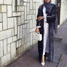 "Gefällt 1,502 Mal, 12 Kommentare - Saris HH (@saris_hh) auf Instagram: ""Abaya @shoppillar ❤️ Bag @dorisdorothea.ae "" Islamic Fashion, Muslim Fashion, Modest Fashion, Abaya Designs, Modest Wear, Modest Outfits, Hijab Outfit, Niqab Fashion, Fashion Outfits"