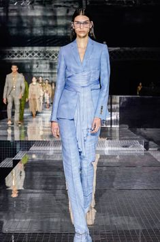 Burberry Fall 2020 Ready-to-Wear Fashion Show Collection: See the complete Burberry Fall 2020 Ready-to-Wear collection. Look 25 2020 Fashion Trends, Fashion 2020, Runway Fashion, Fashion Brands, Vogue Paris, Classy Outfits, Chic Outfits, Spring Summer Fashion, Autumn Fashion