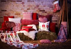 Create a sitting area in your home, barn or outside!  Makes the party more comfortable and great for the kiddos http://montazne-hise-on.net/images/bozic-in-rdeca-barvna-dekoracija-7.jpg