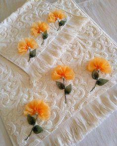 Resultado de imagen para kurdela dunyasi Hand Embroidery Videos, Bead Embroidery Patterns, Embroidery Stitches, Embroidery Designs, Ribbon Embroidery Tutorial, Silk Ribbon Embroidery, Ribbon Art, Ribbon Crafts, Cloth Flowers