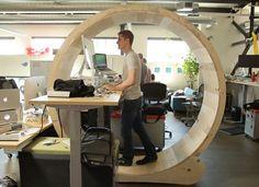 Dit is weer eens wat anders bij Gadgetsdaily, een instructiefilmpje om je eigen hamster wiel lessenaar te bouwen. Je wat? Ja, je eigen hamster wiel lessena