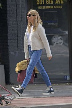 Sienna's clothes and outfits. Find out where to buy the exact clothes Sienna Miller wore. Style Casual, Casual Looks, Style Me, Casual Outfits, Casual Street Style, Estilo Sienna Miller, Sienna Miller Style, Star Fashion, Look Fashion