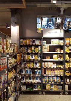 El nuevo concepto de supermercado Organic Market es el resultado de un  proyecto que nace a partir del análisis del producto y la creación de  escenarios expositivospara la venta de productos ecológicos como fruta,  verdura, carnicería al corte, cosméticanatural, limpieza, productos para  bebés, yoga, así como una zona de cafetería y panadería parade  gustación de su cocina biológica y comida para llevar.Una cuidada  actuación sobre el local, la iluminación y los materiales utilizados  refue Supermarket Design, Retail Store Design, Cafe Interior Design, Retail Interior, Small Restaurant Design, Organic Market, Rustic Cafe, Shop Fittings, Mobile Shop
