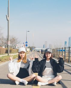 Korean Fashion Similar Look Pin by Aki Warinda Best Friend Outfits, Best Friend Photos, Ulzzang Korean Girl, Ulzzang Couple, Bff Goals, Korean Best Friends, Korean Photo, Girl Friendship, Friend Poses