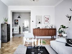 Woonkamer met een mix van Scandinavische en vintage meubels