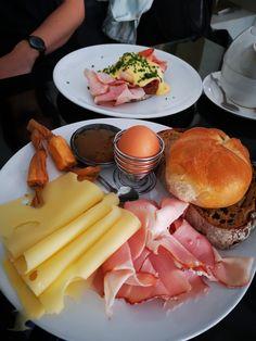 Wiener Frühstück vom Cafe Propeller. Mehr dazu auf meinem Blog Hamburger, Cravings, Chicken, Ethnic Recipes, Blog, Food Food, Blogging, Burgers, Cubs