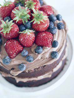 Tässä vielä nopeasti faktat eilisestä suklaakakusta, jos joku vielä aikoo sellaisen juhannuspöytään vaikka pyöräyttää. Kakkupohja on mehevän suklainen, ja se paistetaan kahdessa n. 17cm leveässä vuoassa, ja täytteet vain ladotaan pohjien väliin ja kakun päälle. Ohje on Call me cupcake -blogista, ja kakku sekä bloggaaja on nähty myös Strömsö-ohjelmassa. Suklaa-mascarponekakku Kakkupohja(t) 2 ½ dl vehnäjauhoja …