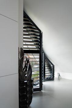 INHUIS Plaza   Zwarte shutters in de werkkamer. Ook voor schuine ramen heel geschikt! Interior Design Living Room, Living Room Decor, Interior Decorating, Bedroom Decor, Master Bedroom, Window Dressings, Sustainable Design, Cozy House, Shutters