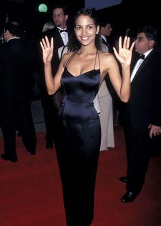 Top 20 Looks from the 20 Past SAG Awards .Halle Berry, Looks sexy in a strappy black dress at the first SAG Awards. Halle Berry Style, Halle Berry Hot, Bond Girls, Bad Dresses, Nice Dresses, Red Carpet Dresses, Satin Dresses, Hally Berry, Black Actresses